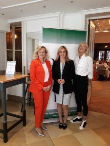 VVO- Beiratsmitglied Mechthild Möllenkamp (li.) und Maria- Elisabeth Griesert (re.) hatten die Osnabrücker Sommermahlzeit für Damen wieder organisiert und freuten sich gemeinsam mit Referentin Nancy Plaßmann (mi.) über die hohe Resonanz.